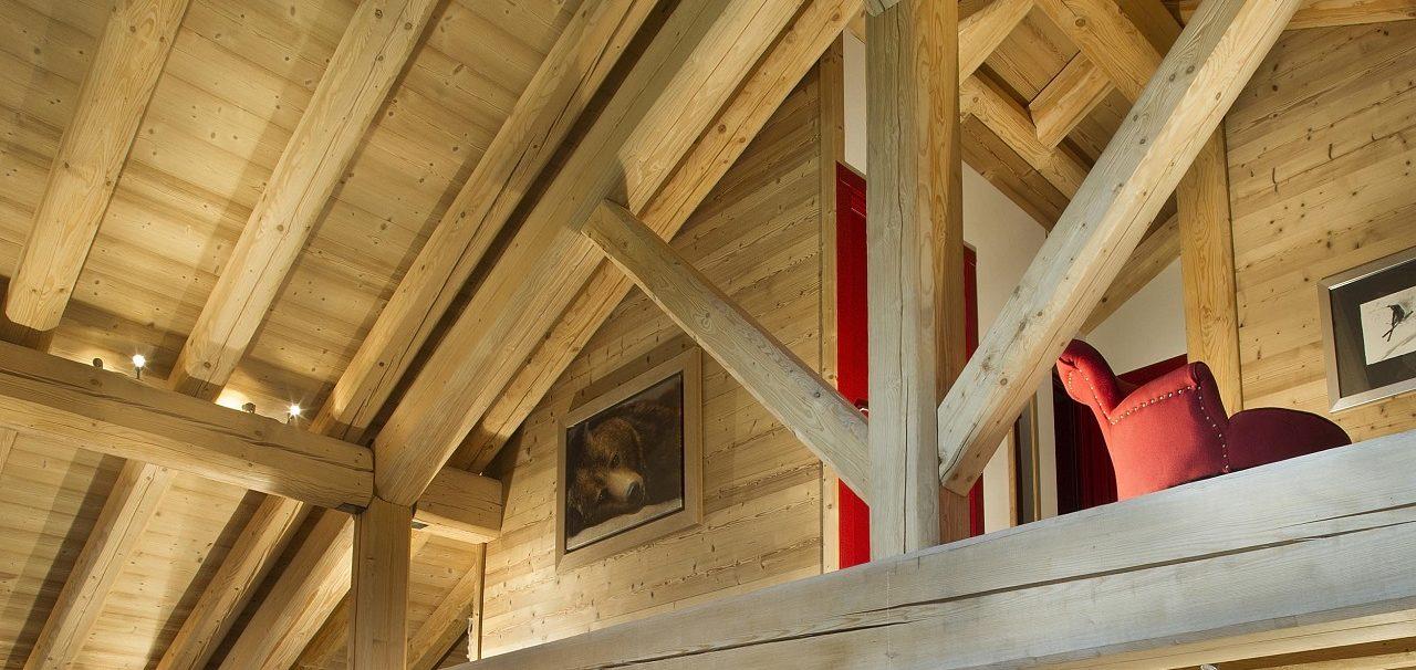 Charpente et toit en bois parement sapin thermotraité clair brossé
